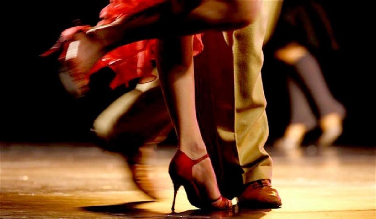 Un tango solidale dalle scarpe rosse