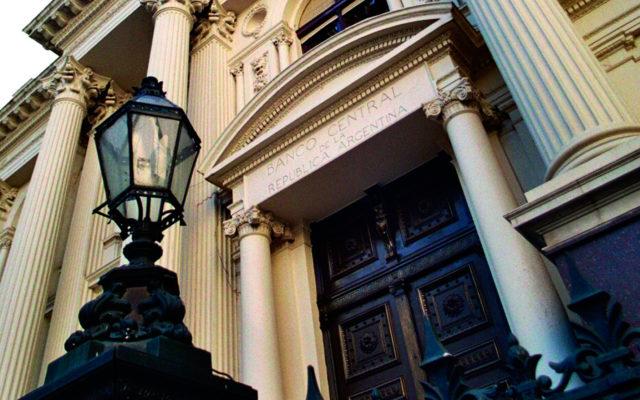 cambi argentina banca centrale restrizioni dollaro peso